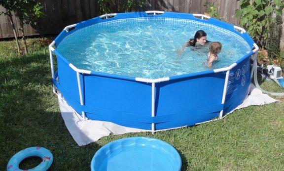 Nagyszerű ötlet egy csővázas medence a kertben